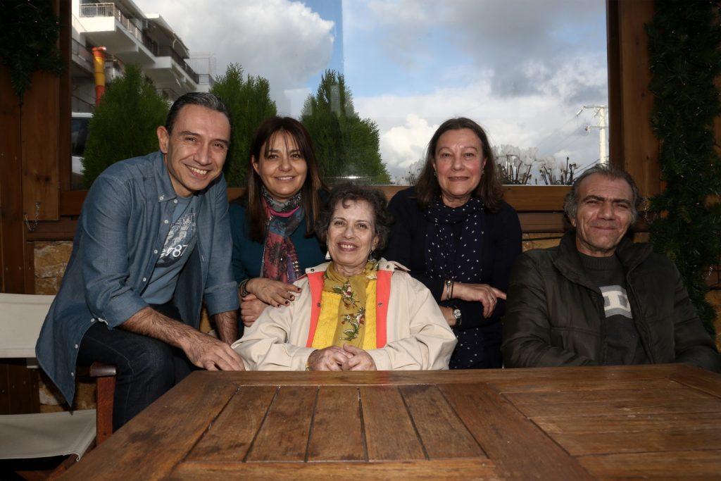 Υποδοχή στο καφέ Άρτιον οργάνωσαν ο Αλέξης Ανδρονόπουλος και η Μαρίνα Καρύδα, δύο μέλη της Συντονιστικής Επιτροπής Κατοίκων στο Μάτι Αττικής (ΣΕΚΜΑ), αριστερά της Πηνελόπης. Στα δεξιά της είναι η κουνιάδα της Ελένη και ο αδερφός της, Γιώργος. / εγκαυματιές στο Μάτι